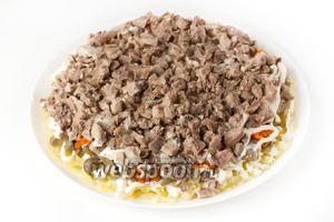 Следующий слой — свиной нарезанный язык, который посыпаем щепоткой соли и слегка перчим.
