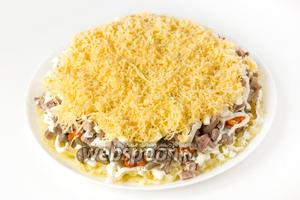 Следующий слой — натёртый на мелкой тёрке твёрдый сыр (оставшийся и обрезки, оставшиеся после вырезания «пчёлок»).