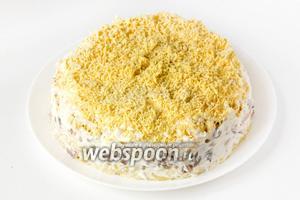 Бока салата подравниваем (удобно делать это кондитерской лопаткой или лопаткой для торта), смазываем майонезом.