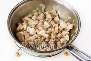 Обжариваем на подсолнечном рафинированном масле шампиньоны с луком, посолив в процессе приготовления.