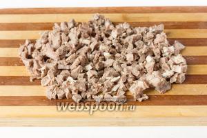 Отваренный, очищенный и остывший свиной язык нарезаем мелкими кубиками.
