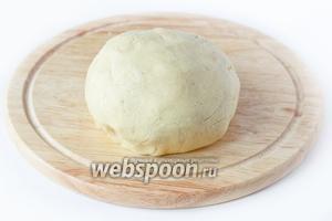 Вымешиваем однородное мягкое податливое тесто, формируем из него шар.