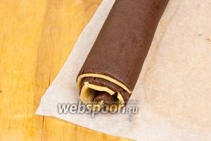 Скрутить тесто в рулет, далее завернуть тесто  в пергаментную бумагу и охладить в морозилке в течение 1 часа. При охлаждении необходимо перевернуть рулет по крайней мере один раз, чтобы оно не стало плоским с одной стороны.