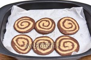 Необходимо на противне оставить между печеньем место, потому как при выпечке оно увеличится в объёме и может прилипнуть друг к другу. Повторить тоже самое с оставшимся тестом.