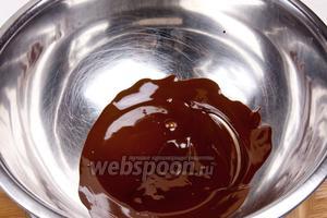 Растопить шоколад на водяной бане, добавив сливки.