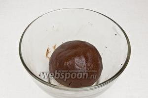Шоколад добавить во вторую часть теста и тщательно вымесить руками.