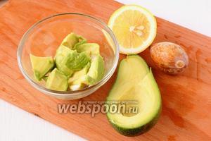 Авокадо разрезать,удалить косточку. Вынуть мякоть. Растереть мякоть, добавив сок 1/3 части лимона.