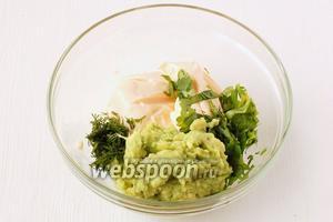Соединить авокадо с сыром и зеленью. Растереть в однородную массу. По желанию досолить.
