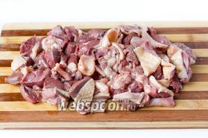 Утиное филе нарезаем кусочками (вместе с кожей или без неё, чтобы котлеты были менее жирными).