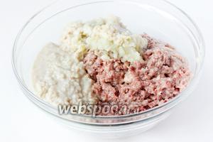 Пропускаем через мясорубку утиное мясо, замоченный хлеб, лук.