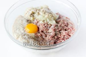 Вбиваем в фарш яйцо, солим и перчим.