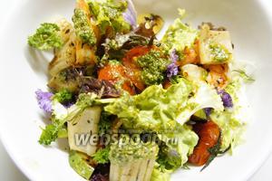 Аккуратно соединяем наши ингредиенты воедино и заправляем соусом «Песто». Одной частью салата стоит начинить перец, предварительно присолив его.