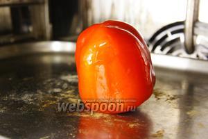 Приготовление салата нужно начать с запекания перца. Перец смазать маслом, уложить на противень и запекать 10-12 минут при температуре 260ºC.