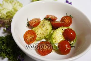 Нарезаем остальные овощи, кабачок кольцами, помидор черри на пополам, солим, перчим, добавляем тёртый чеснок, оливковое масло и прованские травы.