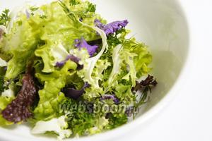 В данном салате я использовал несколько видов салатного листа, лист должен быть не вялым, плотным и красивым. Листы салата и зелень хорошенько промыть и нарвать небольшими кусочками. Перемешать.