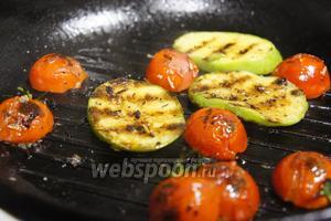 Параллельно с морепродуктами, обжариваем овощи. На разогретую сковороду уложить кабачок, слегка обжарить, перевернуть и добавить в сковороду помидоры черри. Ещё немного обжарить и снять с огня.