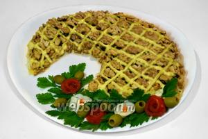 Перед подачей украшаем салат букетом, состоящим из зелени петрушки, помидорных розочек, цветочков из яичного белка и оливок.