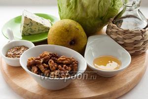 Для приготовления салата вам понадобятся: сыр, груша, салат айсберг, грецкие орехи, мёд, оливковое масло, горчица с зёрнышками, винный уксус, соль и сок половины лимона.