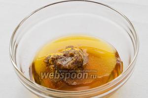 Для приготовления заправки смешайте оливковое масло, горчицу, винный уксус и соль.