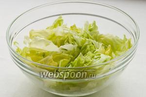 В большую миску нарвите руками листья салата.