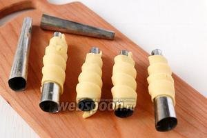 Специальные металлические трубочки смазать подсолнечным маслом и намотать на них тесто виток за витком так, чтобы следующий виток теста заходил немного на предыдущий. Начинать наматывать тесто надо с узкого конца трубочки