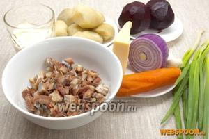 Подготовить филе сельди, нарезанное мелкими кубиками, отварные картофель, морковь, свёклу. Также потребуется лук фиолетовый и репчатый, сыр, майонез, зубок чеснока.