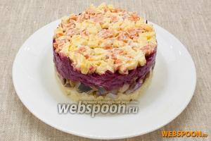 Аккуратно убрать кольцо и украсить салат на свой вкус. Например, полукольцами лука, измельчённым зелёным луком и ягодами клюквы. Также приготовить вторую порцию из оставшихся продуктов.