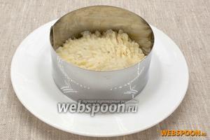 Картофель натереть на крупной тёрке, добавить 1 столовую ложку майонеза, немного соли с травами и чёрный молотый перец. Перемешать. Половину смеси выложить в кольцо, установленное на тарелке. Слегка утрамбовать.