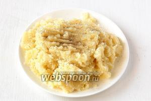 Картофель очистить, отварить до готовности в подсоленной воде. Размять, добавив 1 столовую ложку растительного масла и перец.