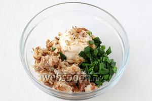 Соединить скумбрию, мягкий плавленый сливочный сыр, измельчённые орехи, порезанный лук.