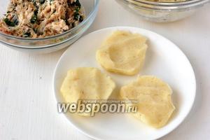 Из картофеля сформировать небольшие лепёшки.