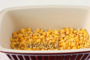 На лук выложить равномерно кукурузу.