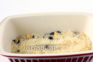 На маслины высыпать рис.