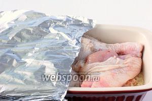 Залить всё кипятком, в котором по вкусу растворить соль. Накрыть фольгой.