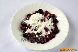 Размороженные или свежие вишни засыпаем сахаром и крахмалом, перемешиваем и оставляем на столе. Крахмал при выпечке сохранит вишни сочными, но не даст соку вытечь за пределы теста.
