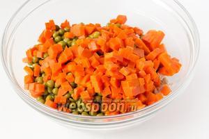 Отваренную и остывшую морковь чистим, нарезаем мелкими аккуратными кубиками, добавляем к остальным ингредиентам.
