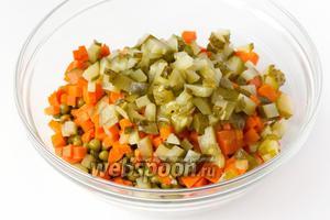 Солёные огурцы также нарезаем кубиками и добавляем в салатник.