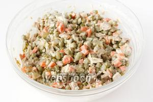 Заправляем салат майонезом, ещё раз перемешиваем. Такой салат можно сразу подавать к столу или дать ему настояться в течении 30 минут. Его можно подавать порционно или в общем салатнике!