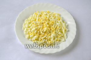 Вареные яйца очень мелко режем кубиками.