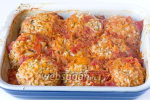 Готовые тефтели, как я и говорила, сильно увеличиваются в размере за счёт наварившегося риса, а вот соус практически весь впитывается.  Подаём к столу в горячем виде, с гарниром или овощным салатом по своему вкусу.