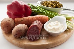 Для приготовления салата нам понадобятся: копчёная колбаса (я использовала сырокопчёную), консервированный горошек, картофель, морковь, зелёный лук, сладкий перец и майонез.