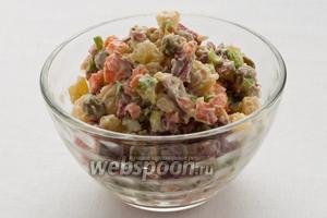 Разложите салат по креманкам или небольшим салатникам.