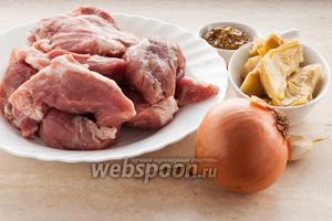 Для приготовления свинины с артишоками вам понадобятся: мякоть свинины, лук, чеснок, горчица, артишоки, масло для жарки и соль.