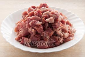 Мякоть свинины нарежьте на небольшие кусочки.