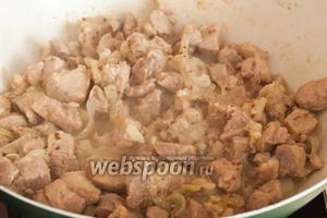 Когда мясо станет мягким и начнёт подрумяниваться, откройте крышку и немного прибавьте огонь, для того чтобы жидкость выпаривалась.