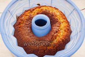 Выпекайте манник в духовке, разогретой до 180°C примерно 1 час.
