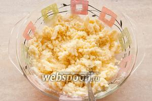 Масло с сахаром разотрите вилкой.