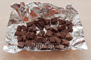 Шоколад разломите на небольшие кусочки.