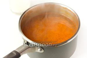 Провариваем морковь после закипания на медленном огне под крышкой примерно 5 минут.