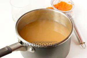 Далее процеживаем морковный отвар через мелкое ситечко, морковную мезгу выбрасываем, а в морковный отвар всыпаем сахар, доводим до кипения и тонкой струйкой вливаем лимонный сок с разведённым в нём картофельным крахмалом, непрерывно перемешивая при этом морковный отвар. Прогреваем кисель, постоянно помешивая, на медленном огне около минуты, не доводя его при этом до кипения. Снимаем кастрюлю с морковным киселём с плиты.